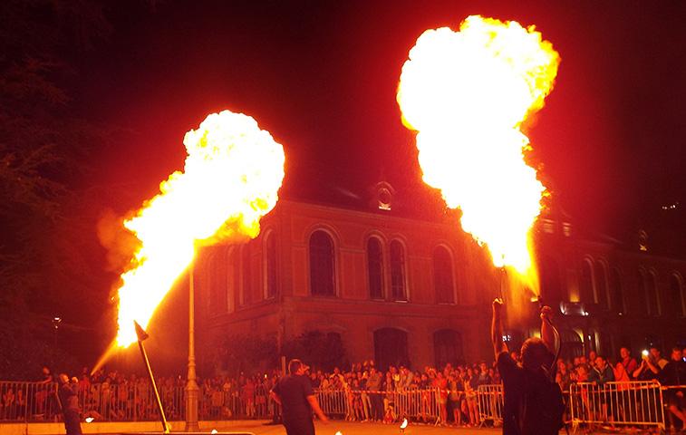 Jongleur Cracheur Feu et lanceur de fue - Animations et spectacles de feu de pyrotechnies pour toutes vos évènements en Hautes Pyrénées (65), Gers (32), Landes (40) et Pyrénées-Atlantiques (64)