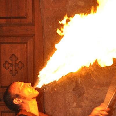 Jongleur de feu pour votre évènement d'Halloween en Hautes Pyrénées (65), Gers (32), Landes (40), Haute Garonne (31) et Pyrénées-Atlantiques (64)