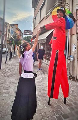 Artiste sur échasse pour animations commerciales de rue à Argelès sur Mer en Occitanie, Hautes Pyrénées (65), Gers (32), Landes (40) et Pyrénées-Atlantiques (64)