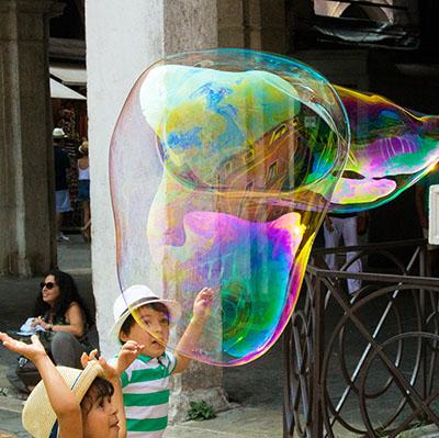Magicien de bulles géantes par cher - Animations ballons sculptés pour enfants et ateliers pour vos festivités en Hautes Pyrénées (65), Gers (32), Landes (40) et Pyrénées-Atlantiques (64)