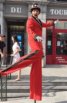 Echassier sculpteur de ballons pour animations de rue - Spectacles de rue pour vos festivités en Hautes Pyrénées (65), Gers (32), Landes (40) et Pyrénées-Atlantiques (64)